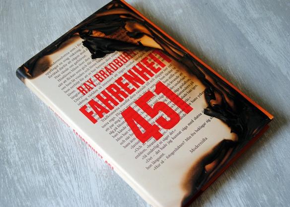 Omslagsbild Fahrenheit 451 av Ray Bradbury
